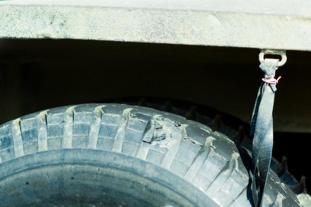 바퀴와 트럭의 서스펜션 클로즈업.