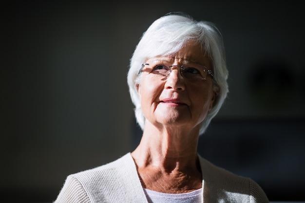 Конец-вверх заботливой старшей женщины