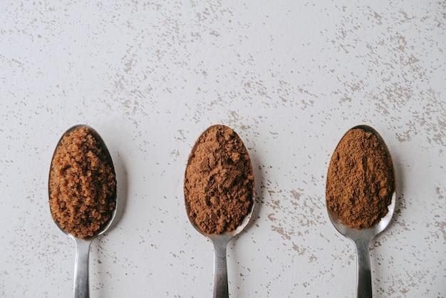 초콜릿을 준비하는 재료로 세 숟가락 닫습니다. 콜롬비아 아침 식사의 전형적인 음료.