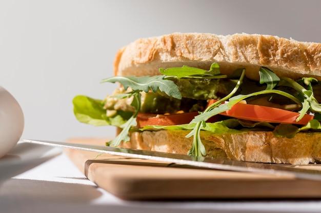 Крупный план тостового бутерброда с помидорами и зеленью