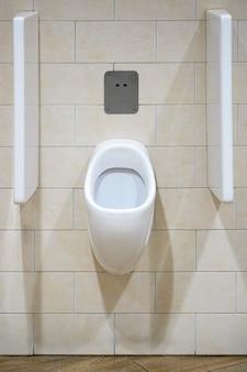 Крупный план унитаза. белый туалет в ванной. общественный туалет в аэропорту или ресторане, кафе.