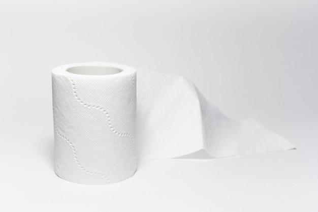 Крупный план рулона туалетной бумаги на белом