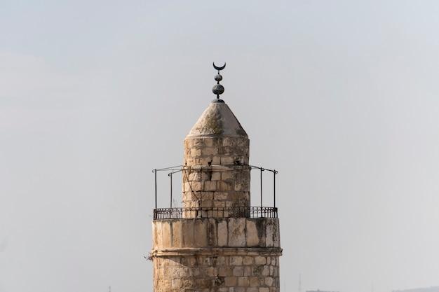 하늘에 대 한 예루살렘 이스라엘의 오래 된 도시 벽 다윗의 탑을 닫습니다. 다윗의 망대는 예루살렘의 옛 성읍 입구에 있는 야파 문 근처에 있는 고대 성채입니다.