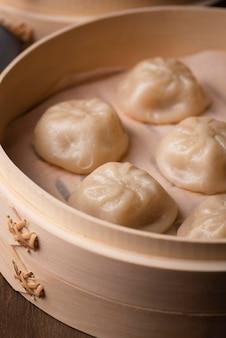 伝統的なアジアの餃子のクローズアップ