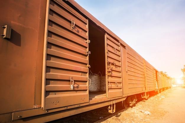 コンテナと列車のクローズアップ
