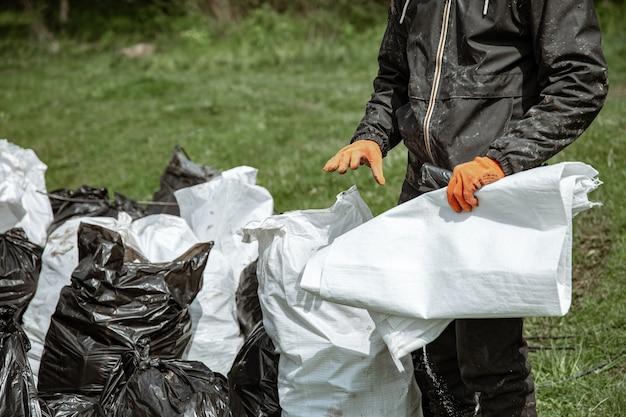 環境をきれいにした後、ゴミで満たされたゴミ袋のクローズアップ。
