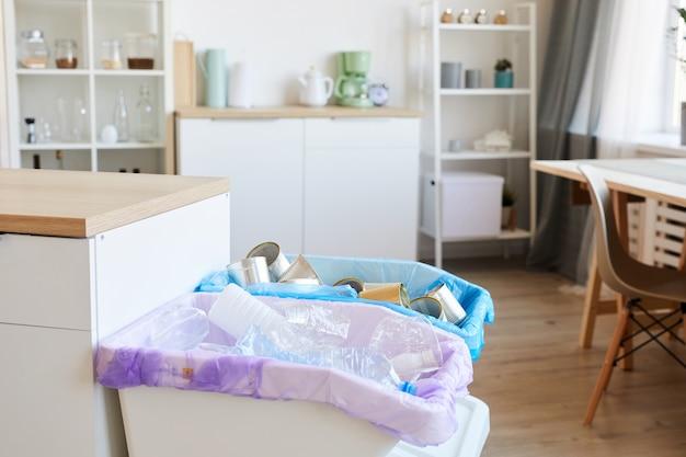 Крупным планом урны для разного мусора, одна корзина - для пластика, другая - для консервных банок.
