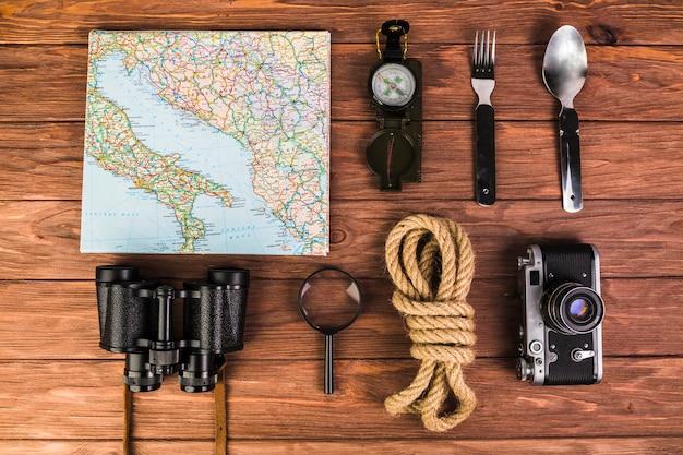木製のテーブルに配置された旅行者の設備のクローズアップ