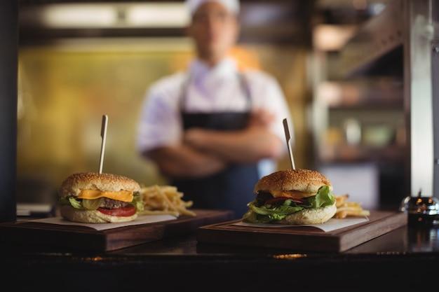 注文ステーションでのフライドポテトとハンバーガーのトレイのクローズアップ