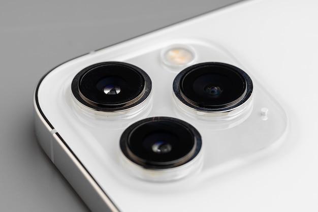 회색 표면에 현대 스마트 폰의 triplelens 카메라 닫습니다