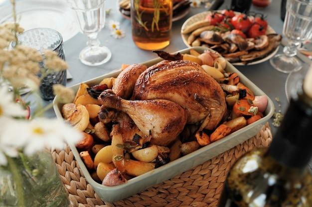 感謝祭の日のために準備された休日の夕食のフライドポテトと七面鳥のクローズアップ