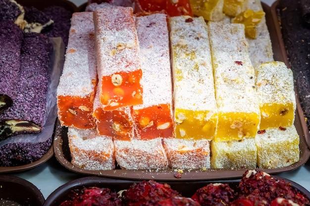 市場に出回っているトルコロクムのさまざまな味と色のクローズアップ