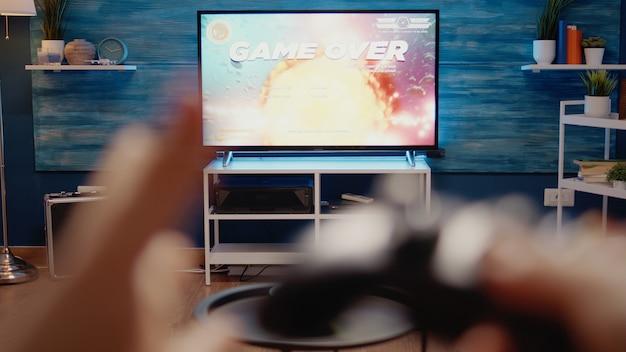 집에서 게임 개념에 사용되는 tv 클로즈업