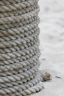 ねじれたコイル状のボートロープのクローズアップ