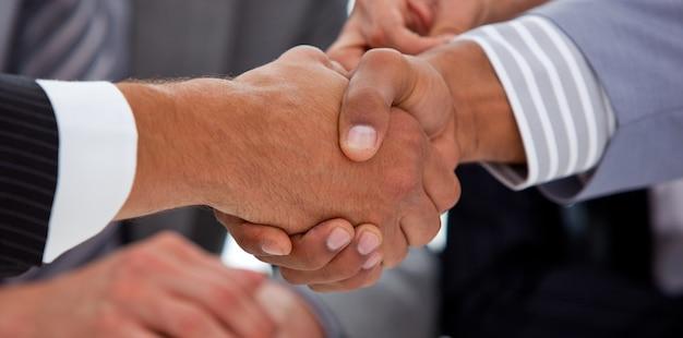 Крупный план двух бизнесменов, закрывающих сделку