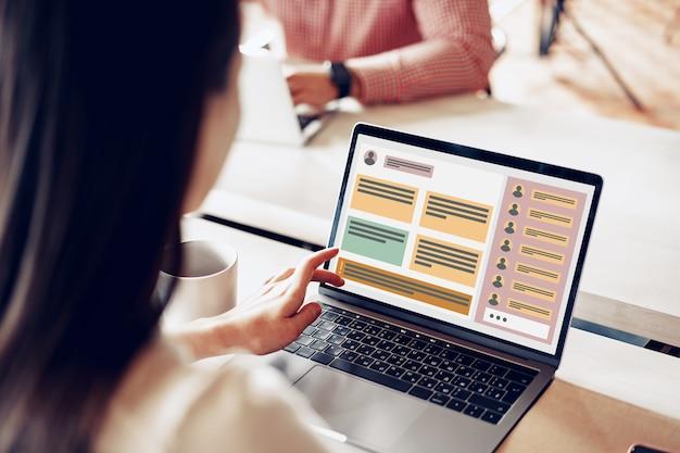 Крупным планом двух бизнесменов, работающих на ноутбуках в офисе