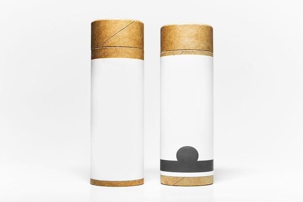 Крупный план двух цилиндровых картонных коробок с пустой наклейкой