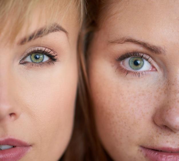 두 명의 다른 여성의 얼굴 클로즈업