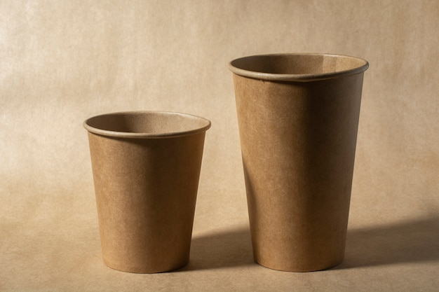 다양한 크기의 두 개의 일회용 종이컵의 클로즈업.