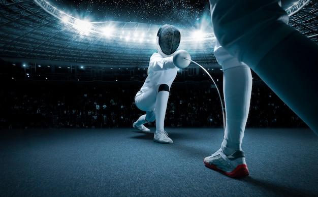 경쟁 스포츠를 연습하는 두 명의 펜싱 선수의 닫습니다