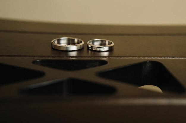 Крупный план двух золотых обручальных колец на свадьбу