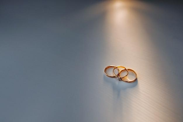 結婚式のための2つの金の結婚指輪のクローズアップ。