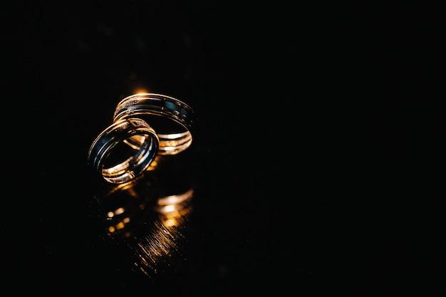 結婚式のための2つの金の結婚指輪のクローズアップ