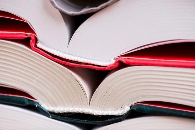 色のカバーを持つ2つのオープンブックのクローズアップ