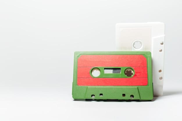 白の2つのビンテージ音楽カセットのクローズアップ
