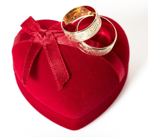2つの結婚指輪のクローズアップ