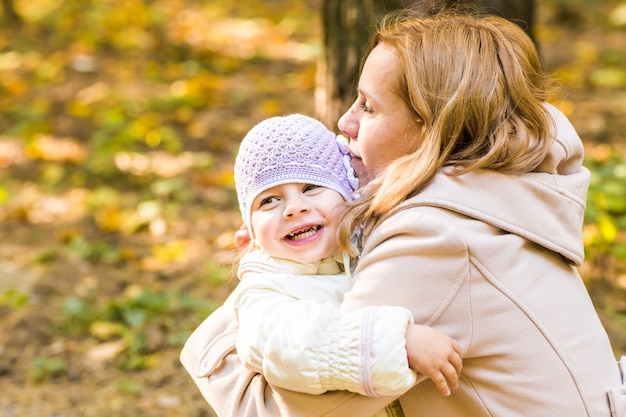 건강에 해로운 아기 치아를 닫습니다. 초상화 야외