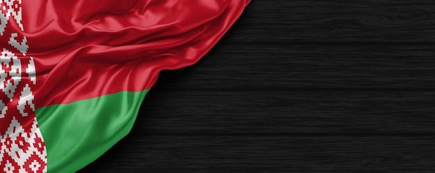 Крупным планом флаг соединенных штатов беларуси на черном деревянном фоне 3d визуализации