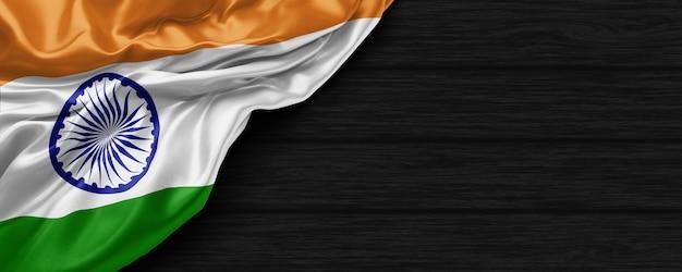 Крупным планом индийский флаг соединенных штатов на черном деревянном фоне 3d визуализации