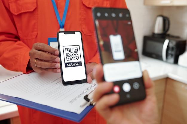 수리 서비스 지불을 위해 qr 코드를 스캔하는 동안 스마트폰 카메라를 사용하여 인식할 수 없는 클라이언트의 클로즈업