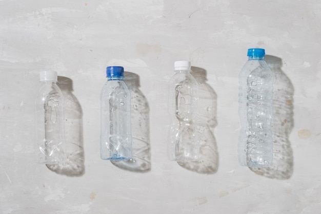 흰색 바탕에 사용되는 플라스틱 병의 클로즈업