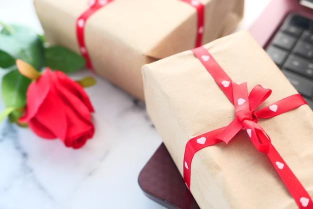 テーブルの上のバレンタインデーの贈り物のクローズアップ、