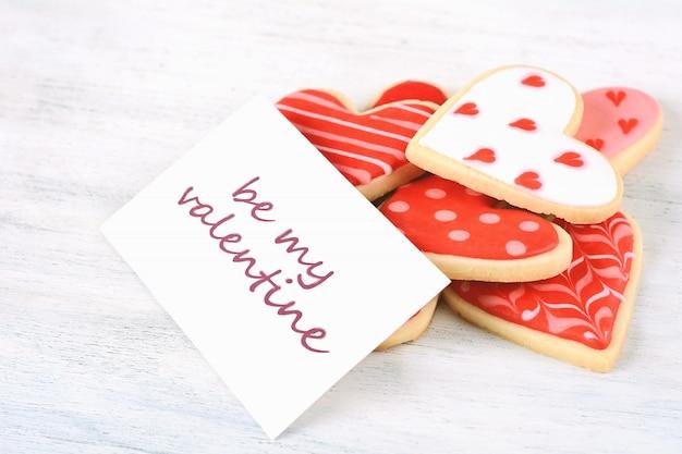 グリーティングカードでバレンタインクッキーのクローズアップ