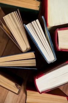 책상에 다양 한 책의 클로즈업