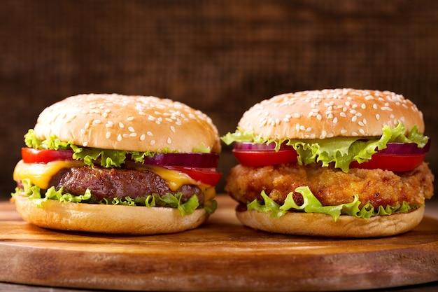 나무 배경에 다양 한 햄버거 닫습니다