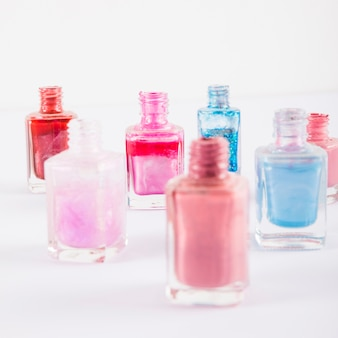 Крупный план различных многоцветных бутылок для ногтей