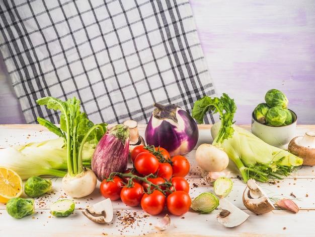 木製、表面、様々な生野菜のクローズアップ