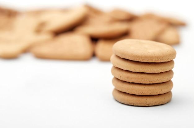 白い背景で隔離のさまざまな形の生姜クッキーのクローズアップ