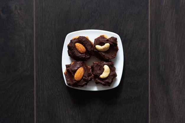 ビーガンクッキーとチョコレートクリーム、アーモンド、カシューナッツのクローズアップ