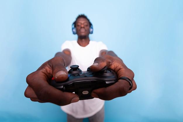 人間の手でビデオゲームコントローラーのクローズアップ