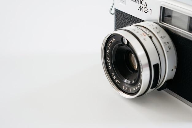 흰색 바탕에 빈티지 카메라의 클로즈업