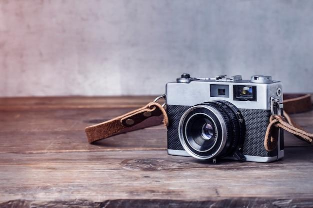 Крупным планом ретро камеры на деревянный стол