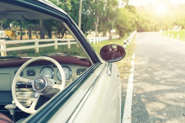 道路 - レトロカラーエフェクトスタイルフィルタ付きのヴィンテージカーのクローズアップ。