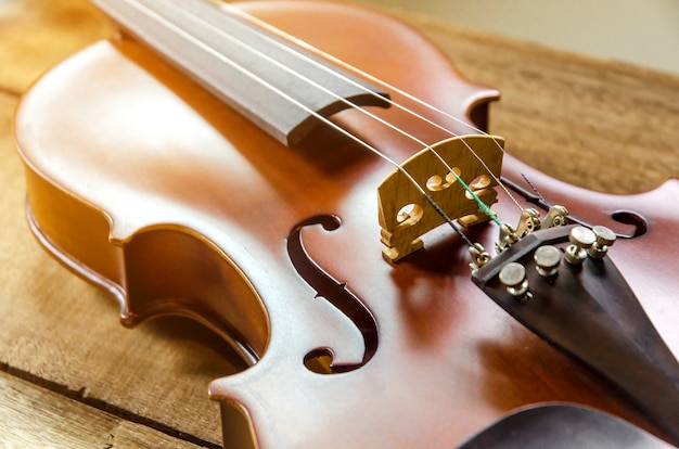 잘라 흰색 배경에 바이올린의 클로즈업 프리미엄 사진