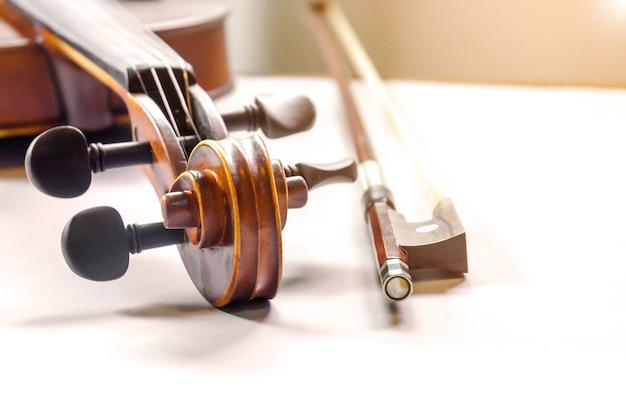 잘라 흰색 배경에 바이올린의 클로즈업