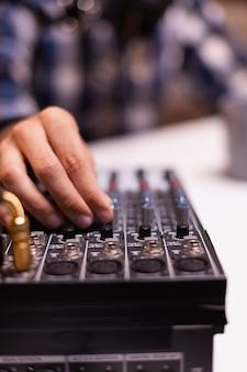 Крупный план видеоблогера, проверяющего звук во время интервью. креативное онлайн-шоу. производство в прямом эфире. ведущий интернет-вещания, транслирующий прямой эфир, записывающий цифровые сообщения в социальных сетях.